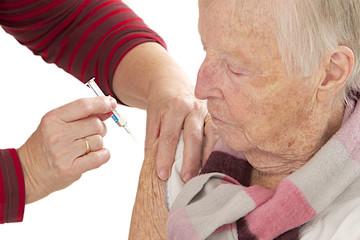 Vaccination à domicile  d'une femme âgée