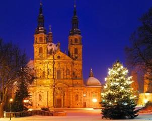 Fuldaer Dom mit Schnee und beleuchtetem Weihnachtsbaum bei Nacht