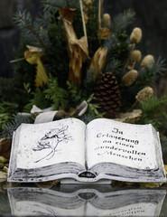 Buch an einer Grabstaette