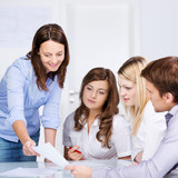 besprechung mit jungen angestellten im büro