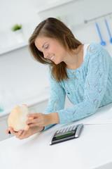 junge hausfrau spart haushaltsgeld