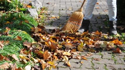 Herbstblätter zusammenfegen