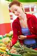 Ältere Frau kauft Obst