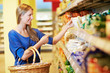 Frau im Supermarkt am Regal