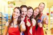 Supermarkt-Mitarbeiter halten Daumen hoch