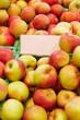 Leeres Schild in Apfelkiste