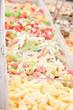 leckere bunte Bonbon mischung auf einem Markt