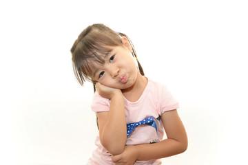 不満そうな表情を浮かべる女の子