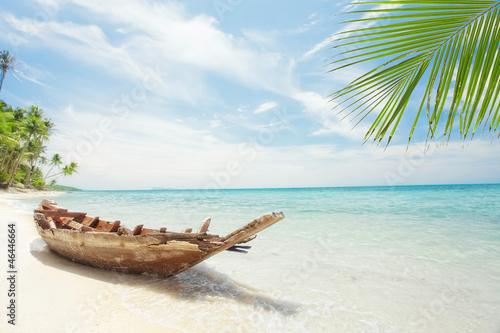 Zdjęcia na płótnie, fototapety na wymiar, obrazy na ścianę : View of nice tropical  beach  with old boat