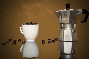 caffettiera,tazzina e chicchi di caffe