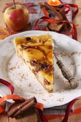 apfelkuchen mit herbstlicher dekoration
