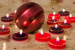 Weihnachtsbaumkugel und Kerzen