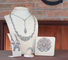 Ensemble de bijoux: collier, pendentif, boucles d'oreilles et la bague
