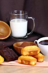 Colazione con latte,plum cake,e cioccolata