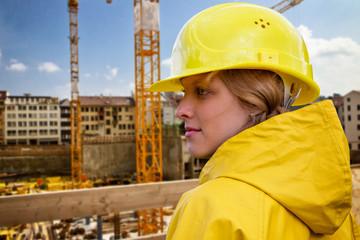 Frau auf dem Bau
