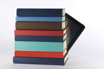 Libri e tablet fondo bianco