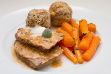 Kalbsbraten mit Semmelknödel und Karotten