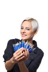 junge frau mit vielen kugelschreibern