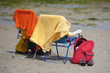 zwei Camping-Stühle am Strand