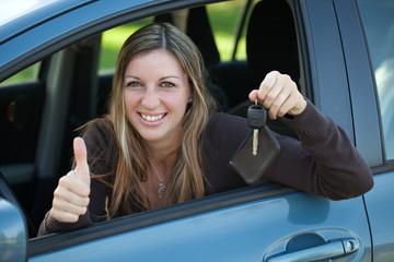 Autofahrerin zeigt den Autoschlüssel