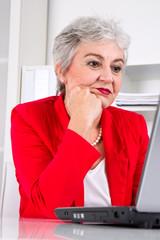 Ältere Arbeitnehmerin - Frust im Büro
