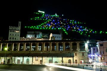 Gubbio, la Loggia dei Tiratori con l'albero di Natale di notte