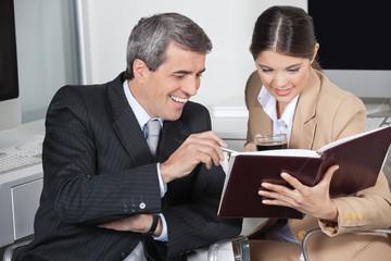 Geschäftsleute mit gefülltem Auftragsbuch