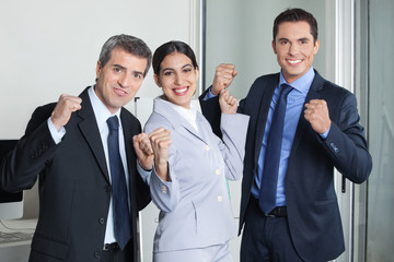 Jubelnde Gruppe von Geschäftsleuten