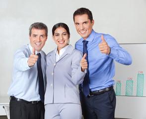 Daumen hoch vom erfolgreichen Team
