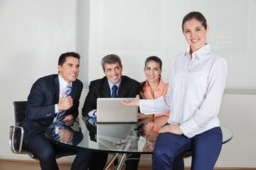 Geschäftsfrau präsentiert Business-Team