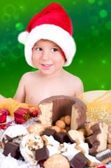kleiner Junge mit Weihnachtsgebäck