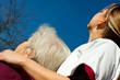 Seniorin und Pflegerin blicken zum Himmel