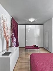 camera da letto moderna con mobili laccati di bianco
