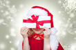 kind mit gutschein zu weihnachten
