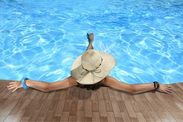 donna con cappello - relax in piscina