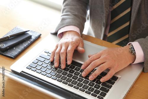 パソコンするビジネスマン
