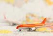 modèle réduit d'avion sur carte du monde