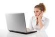 Junge Frau frustriert vor dem PC