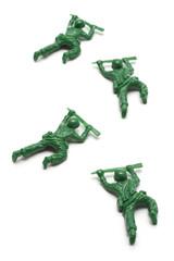 匍匐前進をする玩具の兵隊