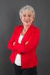 Selbstsichere ältere Frau in Rot