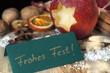 Weihnachtskarte Frohes Fest mit natürlicher Weihnachtsdekoration