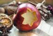 Weihnachtsapfel mit Gewürzen
