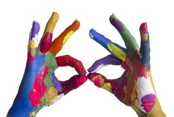 mani colorate con occhiali