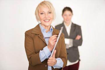 Chefin bewertet ihre Angestellten