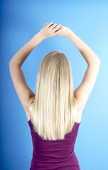 Schlankes, junges Mädchen mit langem, blondem Haar
