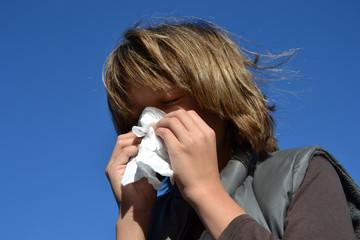 Portrait d'enfant enrhumé se mouchant