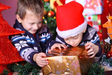Kinder mit Weihnachtsgeschenk
