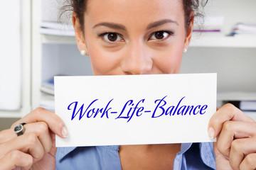 Work-Life-Balance - Frau mit Schild