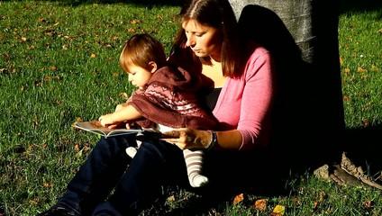 mamma e bambina che leggono un libro