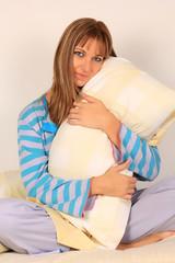 lenceria de hogar, cama, pijama, mujer rubia